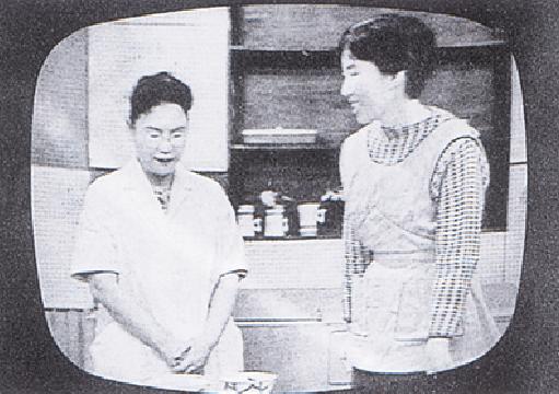 テレビ放送開始直後に出演中の初代学園長(左)(1958年)